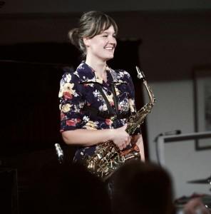 Lotte speelt saxofoon